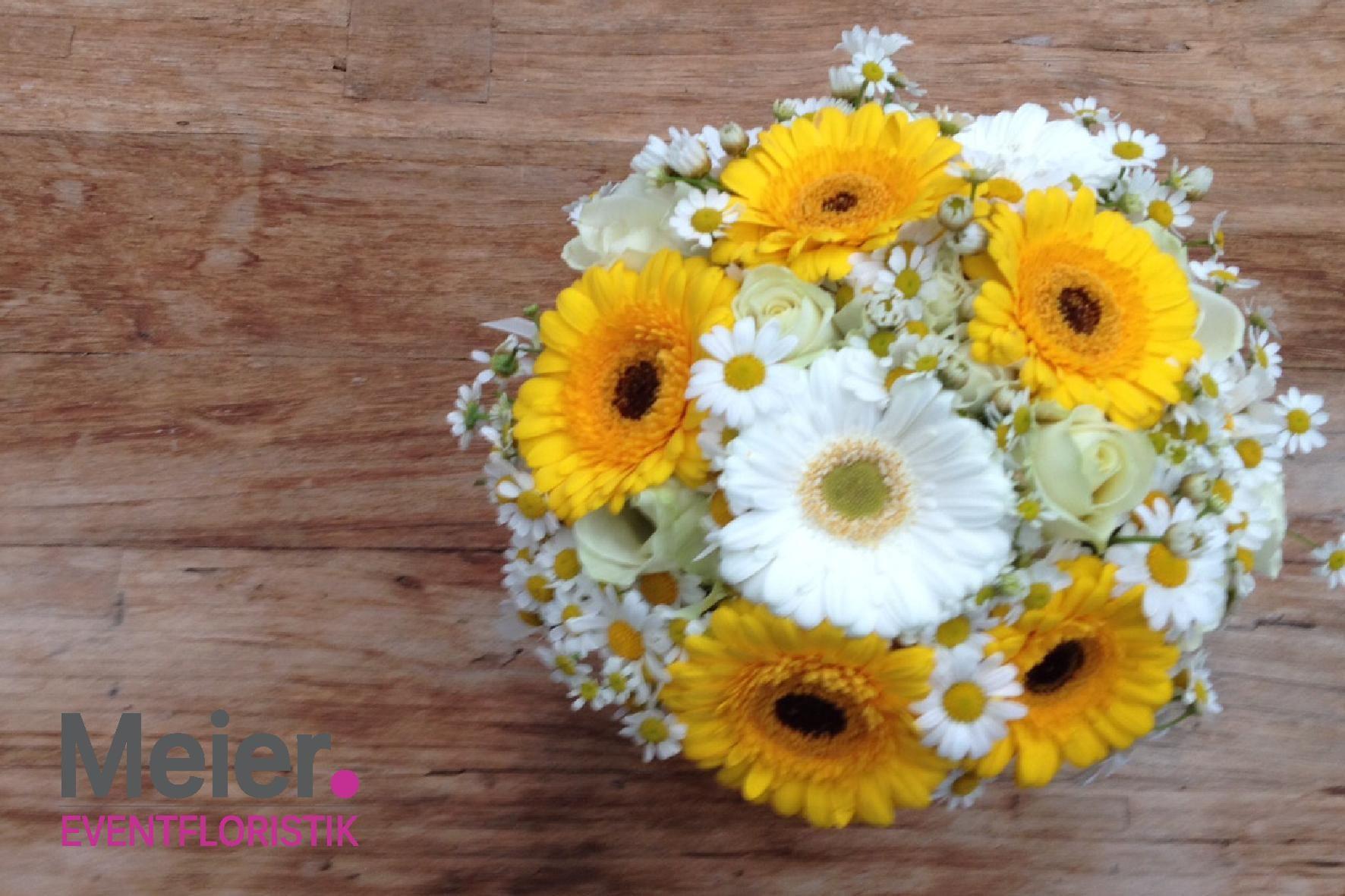 Brautstrauß mit gelben und weißen Germini und Kamille von Meier ...
