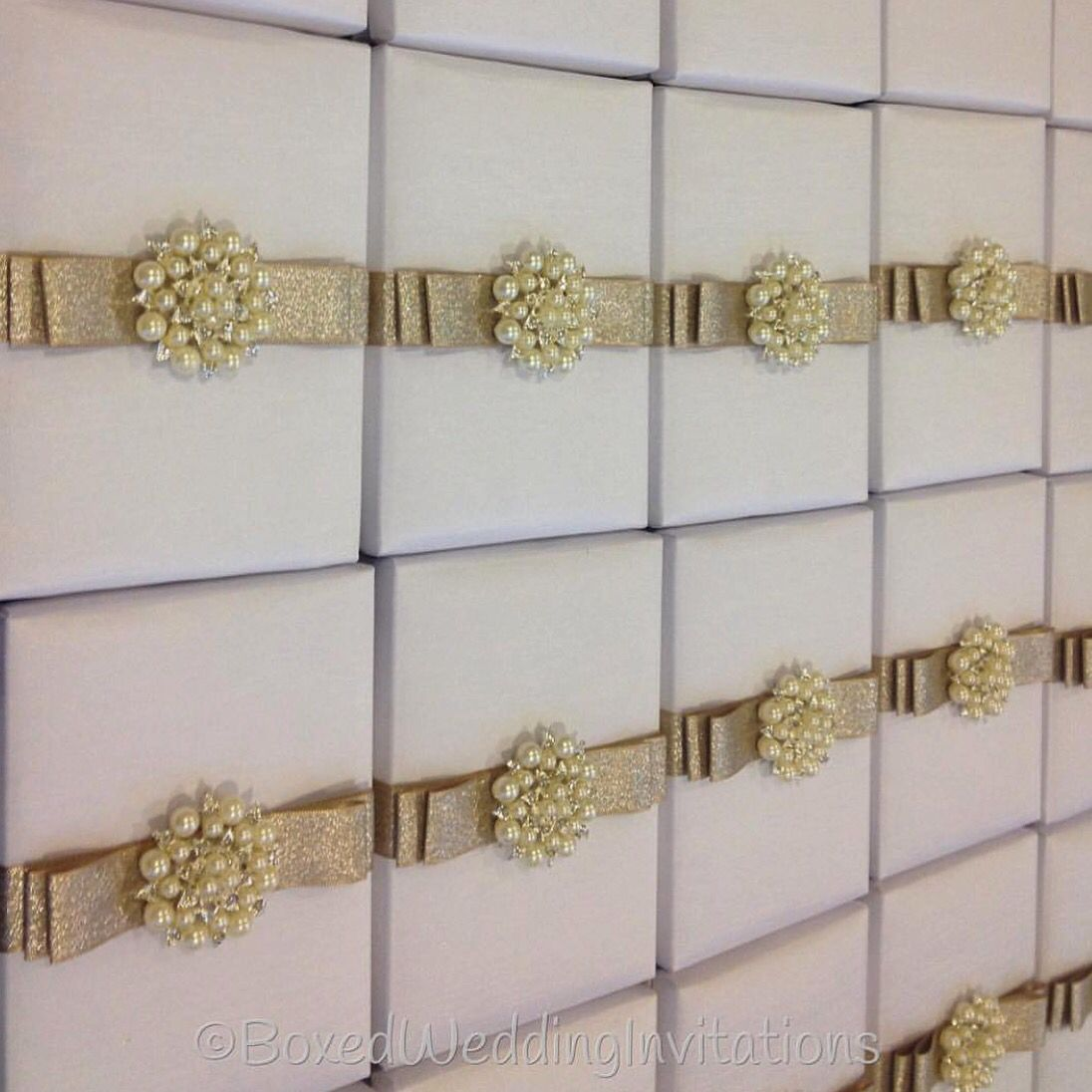 ✨✨✨So sparkling!!! White silk invitation box adorned with gold ...
