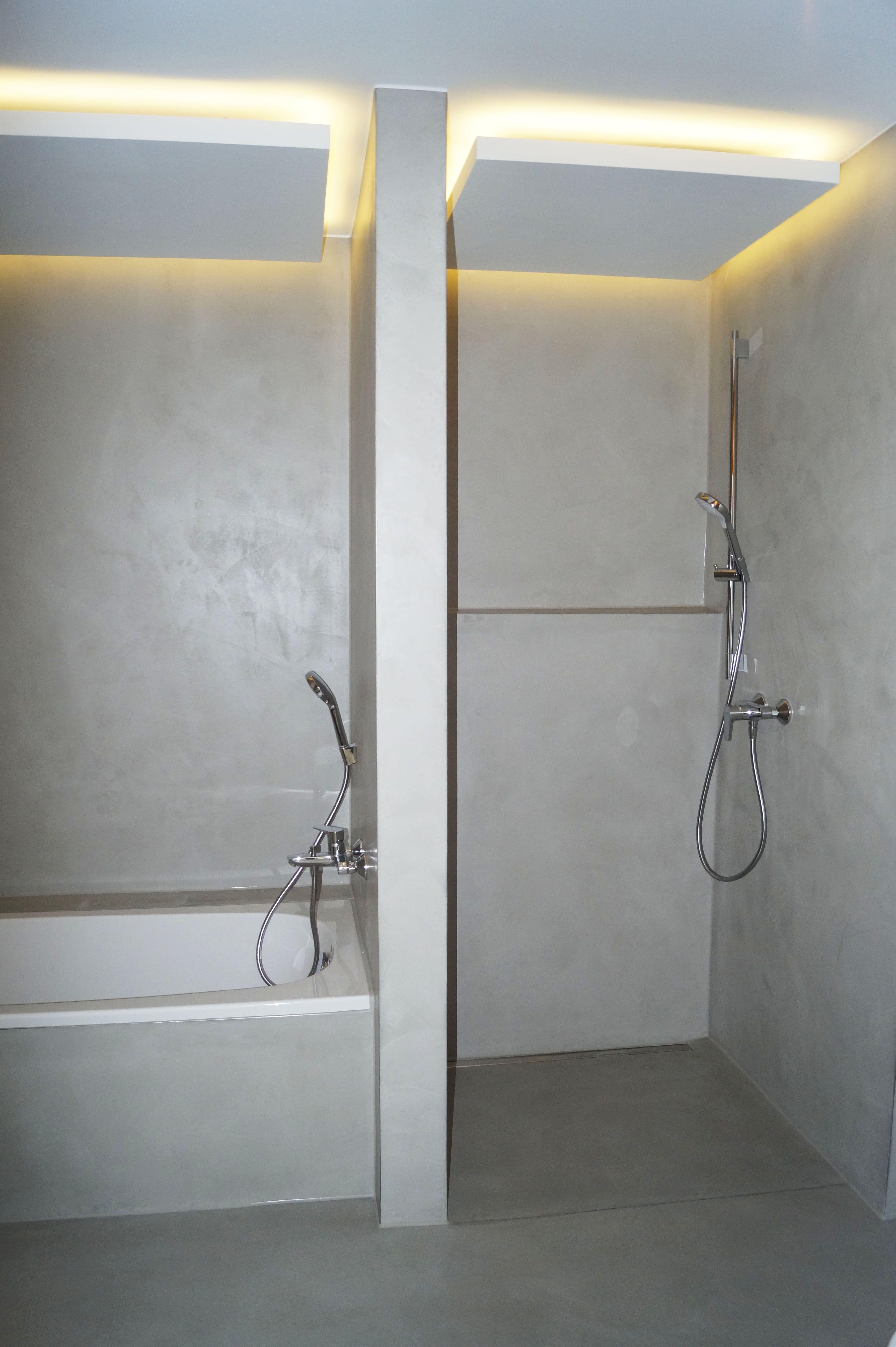 Bad Und Dusche In Betonoptik Gespachtelt Mit Weisszement Von Fugenlos Modern De Fugenloses Bad Dusche Renovieren Dusche Beleuchtung