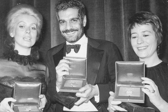 Mit dem ägyptischen Schauspieler Omar Sharif und Annie Girardot im November 1971. Sie haben soeben den 'Prix Triomphe Cinema' Award erhalten...
