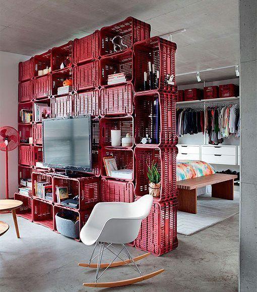 Salón con estantería para separar ambientes