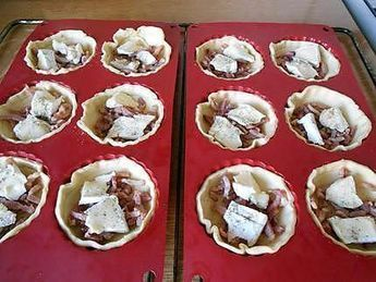 Tartelettes apéro, lardons, camembert.