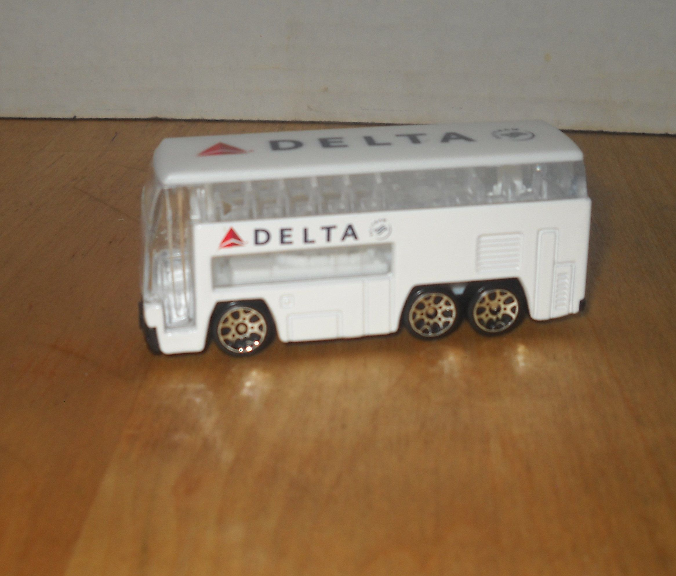 Real Toy 1 64 White Bus 3 Axles Delta Airlines Diecast Plastic Windows Like New In 2020 Delta Airlines Toys Plastic Windows