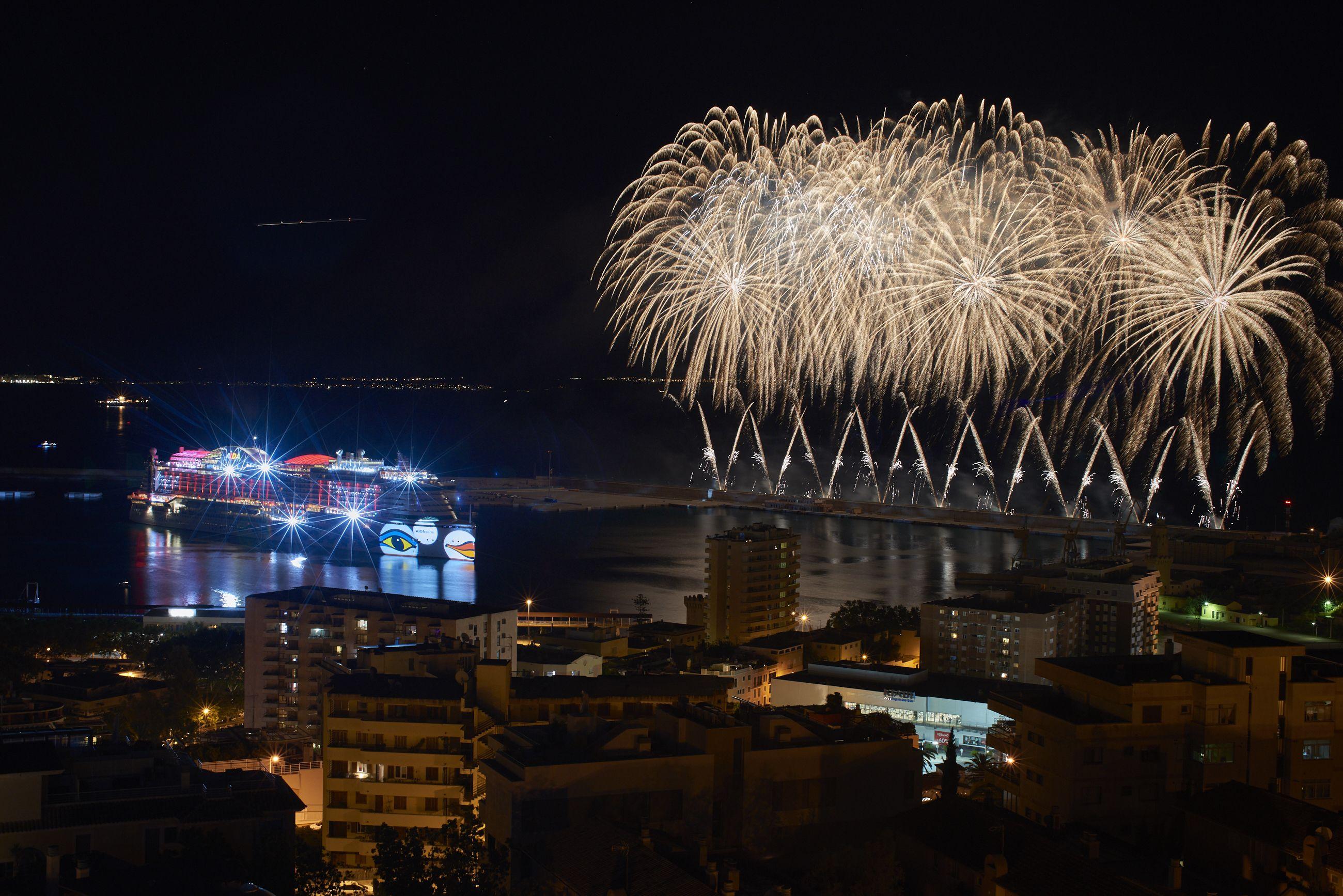 Feuerwerk Zur Taufe Von Aidaperla In Palma De Mallorca