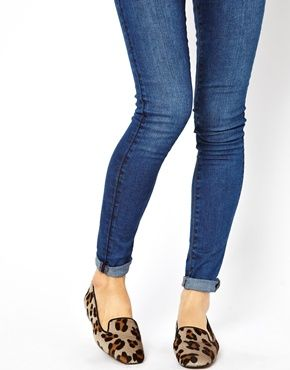 Leopard flat slipper shoes.