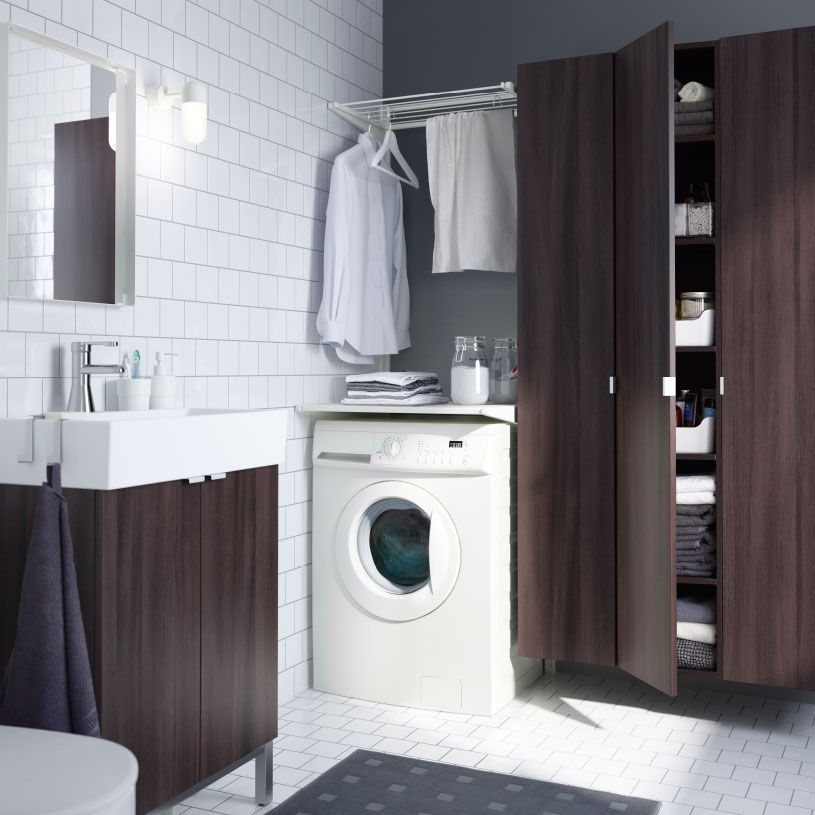 Et moderne badeværelse med plads til vasketøj, bl.a. ALGOT tørrestativ og LILLÅNGEN skab med vask i brunt.