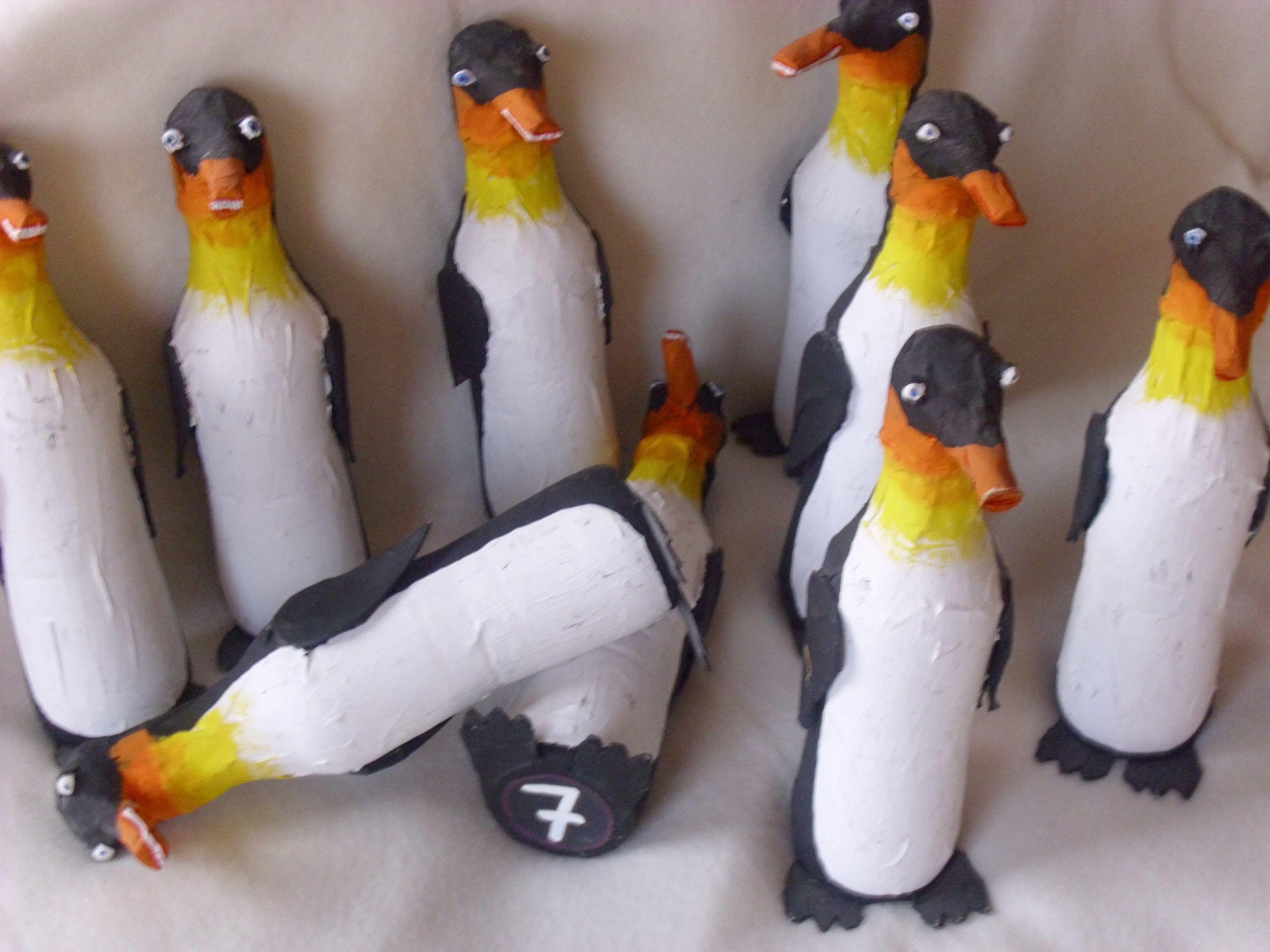 Pinguin-Kegel. Mann braucht jede Menge leere Pet-Flaschen ...
