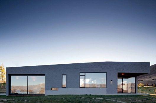 Lake Hawea Courtyard House, Lake Hawea, South Island, New Zealand by Glamuzina Paterson Architects. Photograph by Samuel Hartnett.