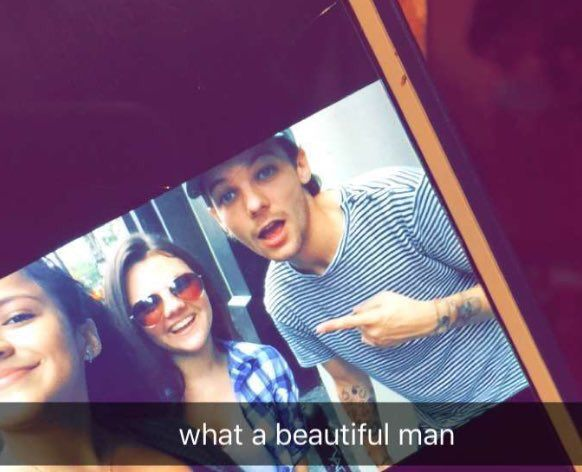 #NEW   Louis with fans in New York today - 20.08.2016 via  @hazzaxnh