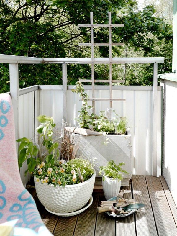 Balkondeko Ideen Mit Balkonpflanzen Blumenkubel Unterschiedliche Grossen Balkon Design Kleiner Balkon Design Balkon Dekor