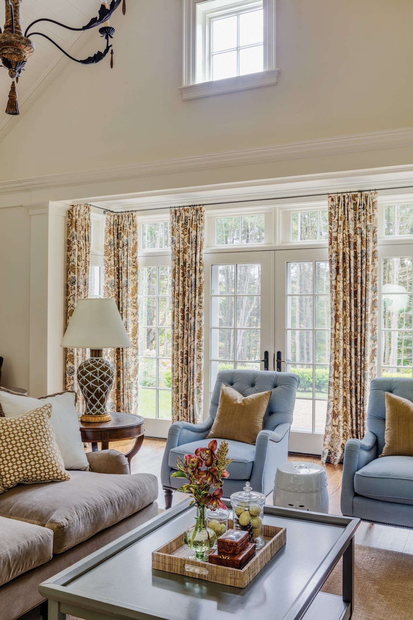 A Traditional New England Colonial Old House Journal Magazine Colonial Living Room New England Decor Traditional Family Rooms