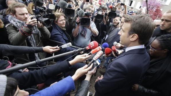 Emmanuel Macron assailli par les journalistes, le 28 avril 2017, lors de sa visite àOradour-sur-Glane (Haute-Vienne), pendant la campagne présidentielle.   PASCAL LACHENAUD / AFP