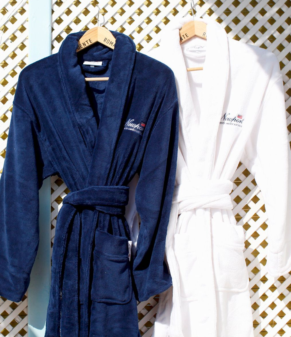 Jamesport Bathrobes. By Newport Collection. Soft and stylish white bathrobe with Newport logo. Made from 100% micro fleece in Turkey. Unisex. Öko-Tex. Available colors: Blue and White.#Newport #Newportcollection #Jamesport #bathrobe