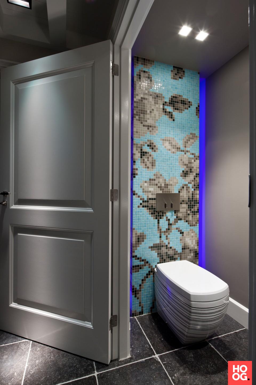 Luxe toilet met glasmozaiek   badkamer ideeen   design badkamers ...