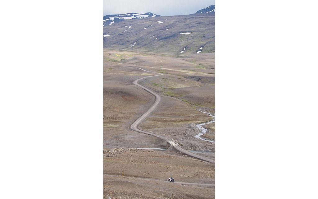 Il+n'y+a+rien+de+tel+qu'une+route+sinueuse+dans+un+paysage+désolé+pour+nous+rappeler+que+nous+sommes+tout+petits.+Les+routes+de+gravier+du+centre+de+l'Islande+peuvent+s'avérer+difficiles+pour+les+débutants.+-+Galerie+de+photos+-+Moto+Journal