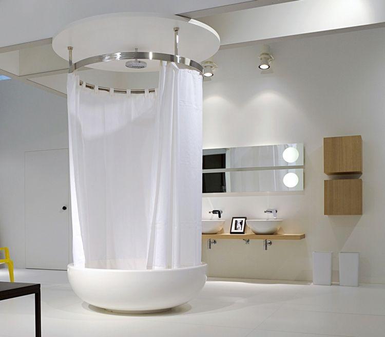 Praktische Armatur für eine runde Badewanne kombiniert mit ...