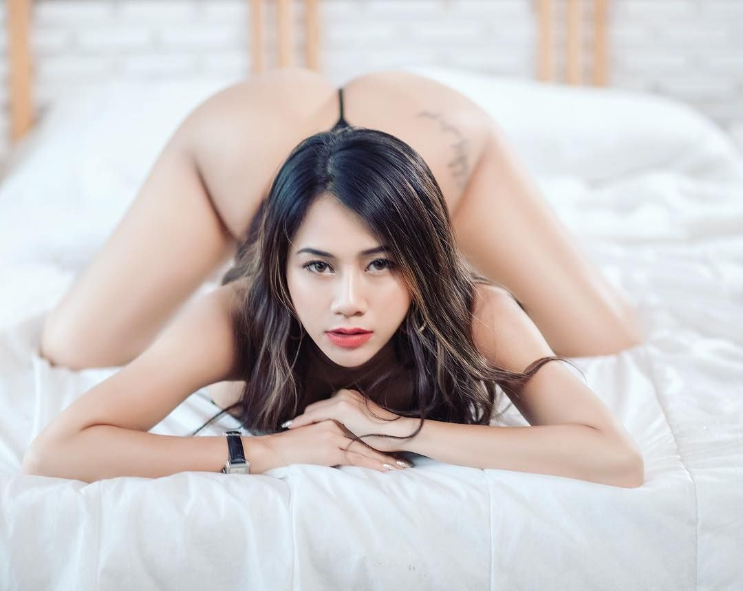 Thai girl agrees to visit hotel room and pose for some non