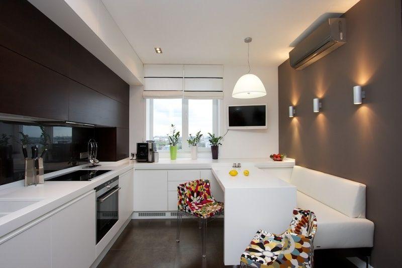 Moderne kleine Küche mit bunten Stühlen als Akzent   Trendek ...