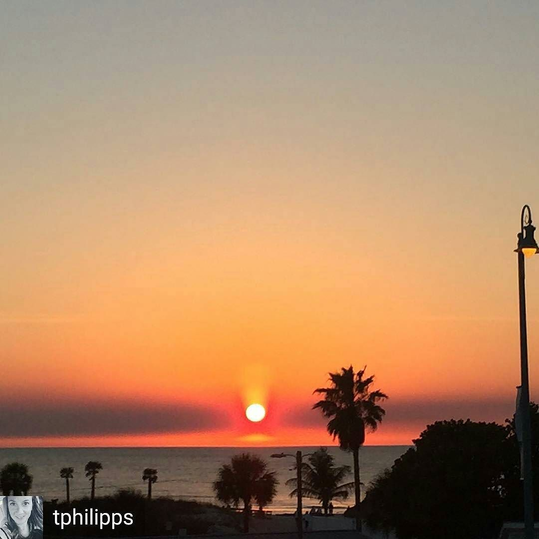 Dinning watching beautiful sunset at @bubbagumpshrimpco  #dinningwithaview #sunset #shrimp #BubbaGump #NoFilter #FloridaLiving #Regrann