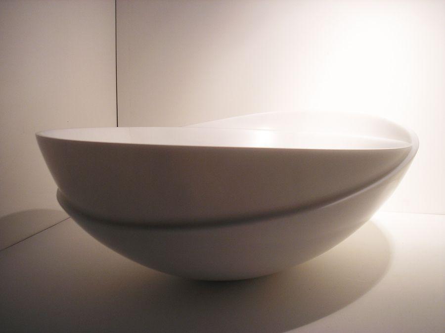 Bivalve es un centro de mesa realizado en un solo bloque macizo de mármol blanco de Italia.