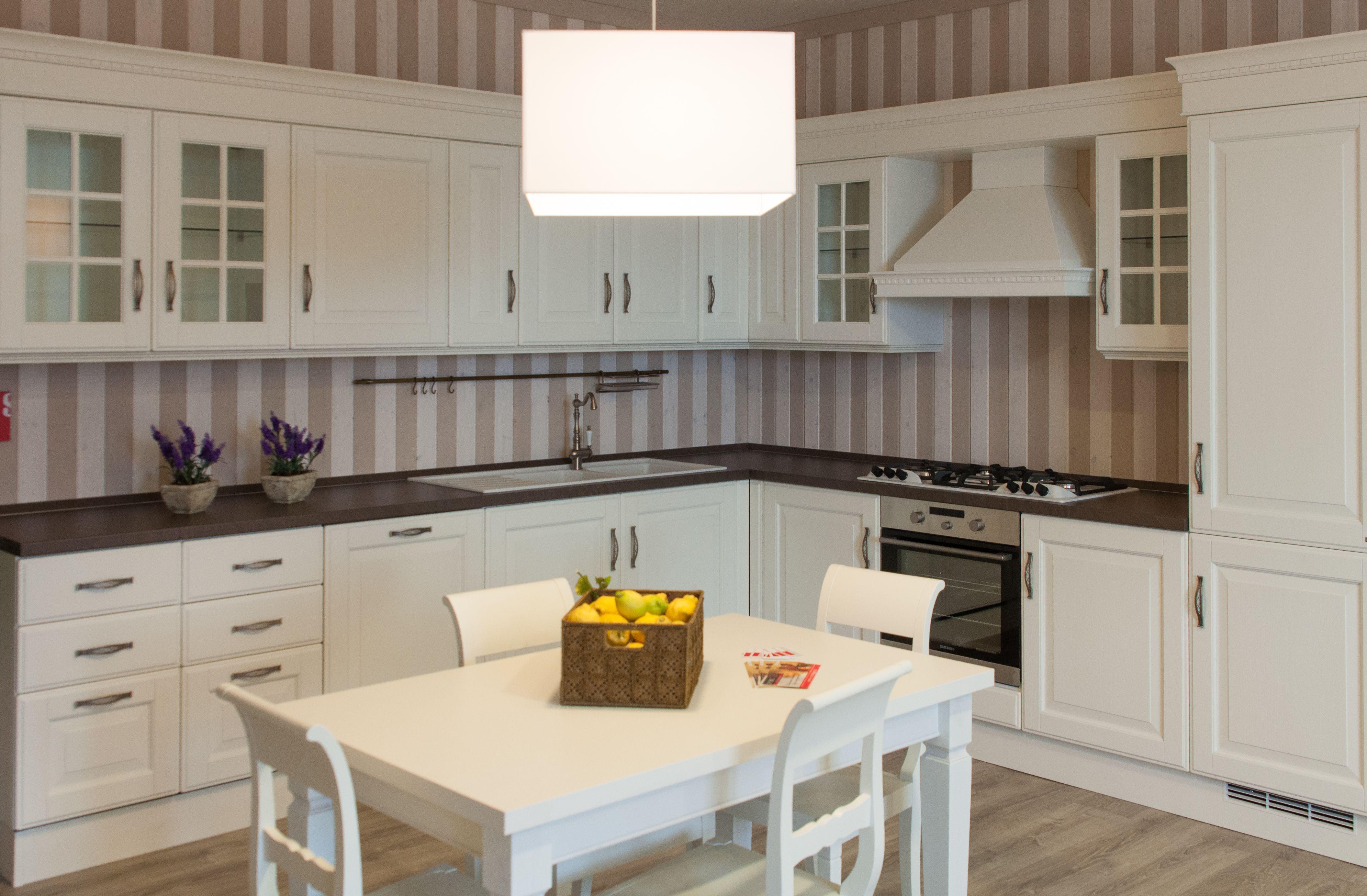 Cucina scavolini bianca classica in esposizione nello - Cucina scavolini classica ...