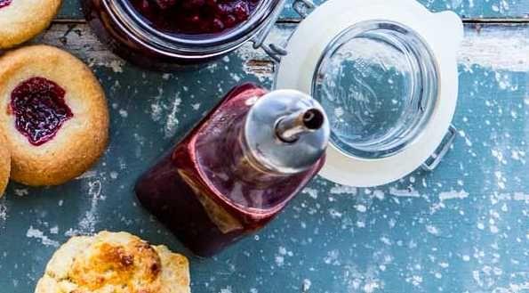 Smält sockret försiktigt i en kastrull så att det inte bränns. Tillsätt hallon och vinäger och låt koka i cirka 10 minuter. Sila sedan bort hallonen genom en sil. Slå sirapen på ren, steriliserad flaska.