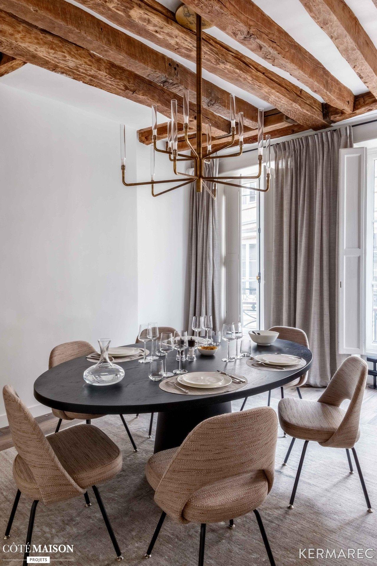 Un coin salle manger majestueux avec un lustre - Lustre salle a manger contemporain ...