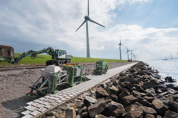 Robot verstevigt dijk van het IJsselmeer - http://visionandrobotics.nl/2015/10/02/robot-verstevigt-dijk-van-het-ijsselmeer/