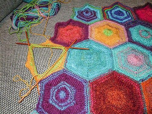 Decke aus Restenwolle | Handarbeit | Pinterest | Deckchen, Stricken ...