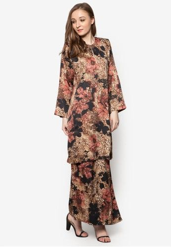 Baju Kurung Pahang Asirah from Butik Sireh Pinang in Brown A traditional masterpiece that will stand the test of time, Butik Sireh Pinang channels their stylish flair on the Muslimah classic. The brand enlivens the well-loved baju kurung silhouette with a splash of multi-coloured abstract print.   Top - ... #bajukurung #bajukurungmoden