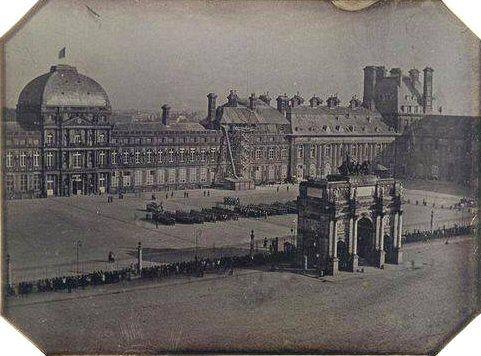 La Place Et L Arc De Triomphe Du Carrousel Et L Ancien Palais Des Tuileries Photographij Vers 1845 1846 Une Pho Avec Images Palais Des Tuileries Vieux Paris Rue De Paris