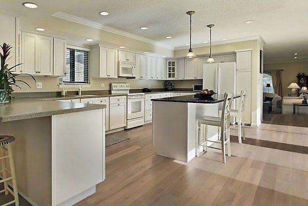 Hier wurde die komplette Wohnung inclusive dieser tollen Küche mit - Parkett In Der Küche