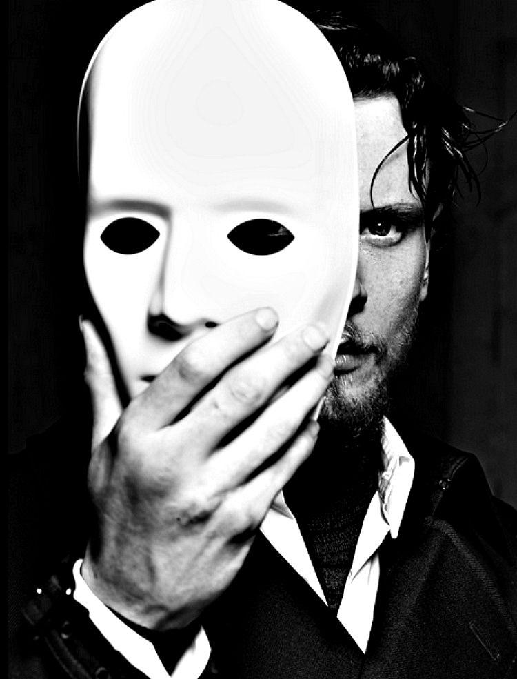 Картинка с масками лиц выбирающая