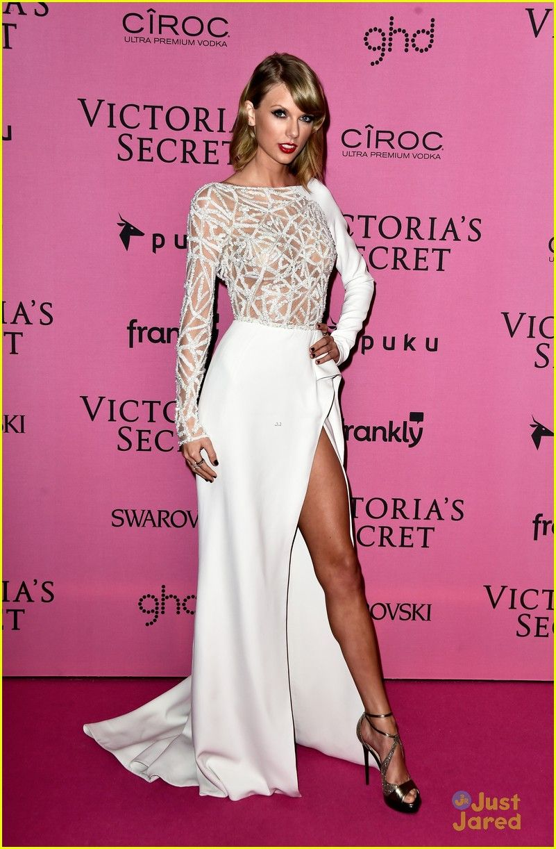 Taylor Swift Shows Sexy Leg in High-Slitted Dress at Victoria\'s ...