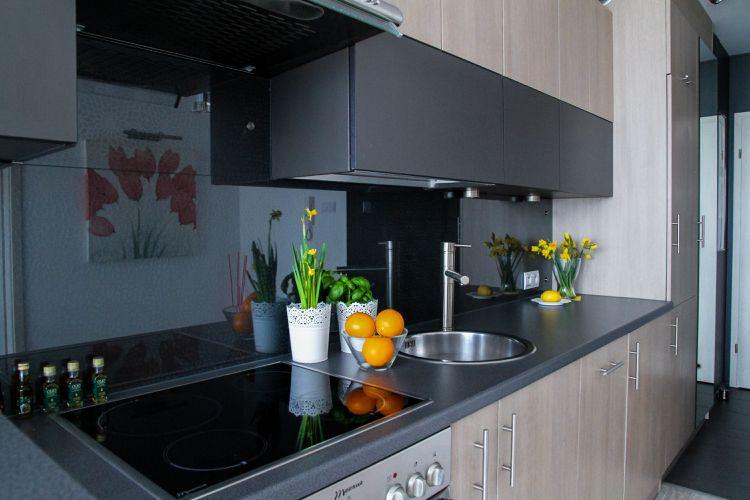 Küchenrückwand Aus Glas Schwarz Hochglanz Fronten Helles Holz