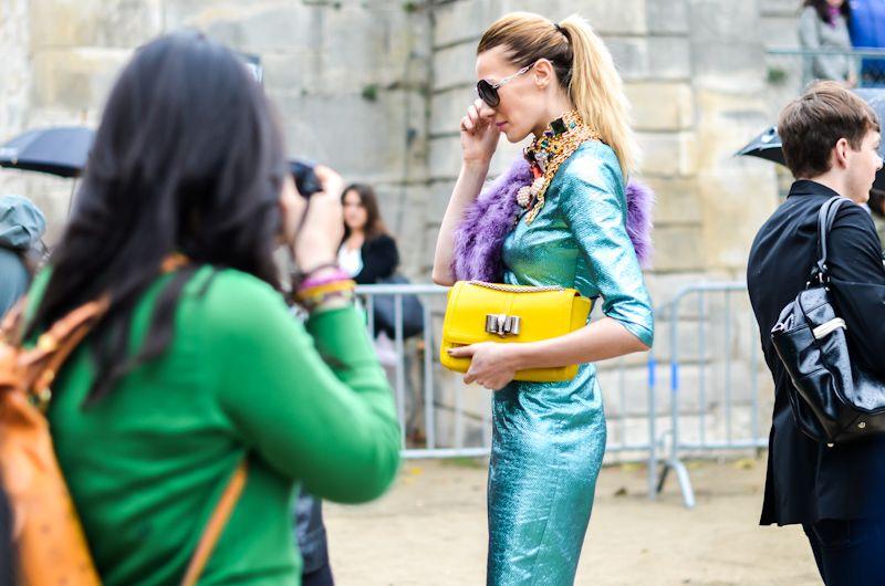 Yellow and sea blue on the streets near Paris Fashion Week | Fashionblog Modereporters.com