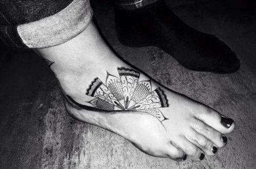 dentelle pointillisme tatouage sur cheville et pied femme | tatouage