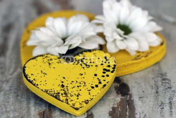 Gelbes Herz mit Blumen
