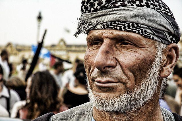 Libano, i sostenitori di Nasrallah divisi tra pro e contro Assad. Hezbollah dovrà scegliere da che parte stare http://www.meridianionline.org/2012/11/02/hezbollah-come-allontanarsi-dal-dittatore-che-cade/