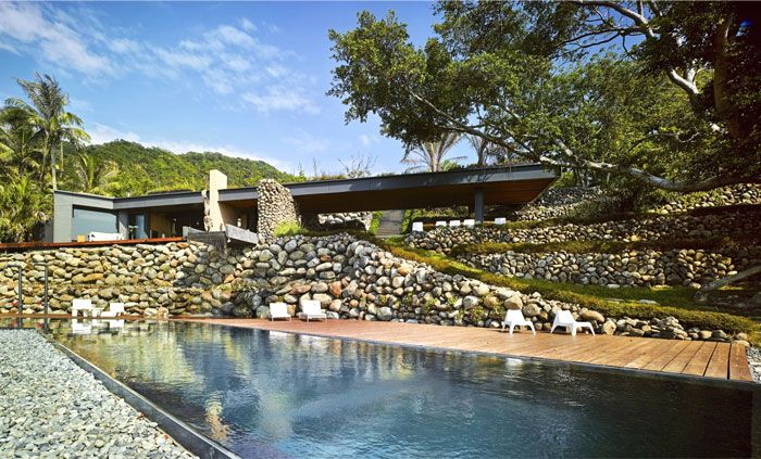 House Made of Rocks – An Open Float Between Interior and Surrounding Nature