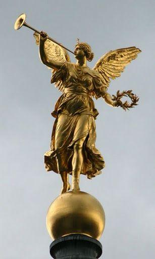 Fama era la diosa Romana de la fama y los rumores. Se dice que la
