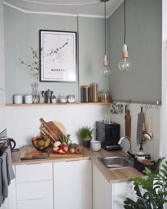 Une Petite Cuisine Pratique Et Fonctionnelle Avec Un Joli Atout Deco Kitchen Decor Home Kitchens Kitchen Interior