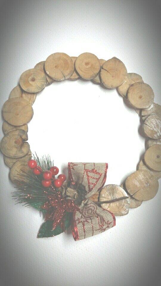 corona navidea hecha con rodajas de madera pias tela de arpillera otros adornos navideos