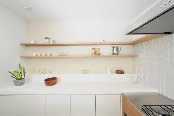 キッチンの背面は奥行きが浅くて使いやすい食器収納 カウンターの下は