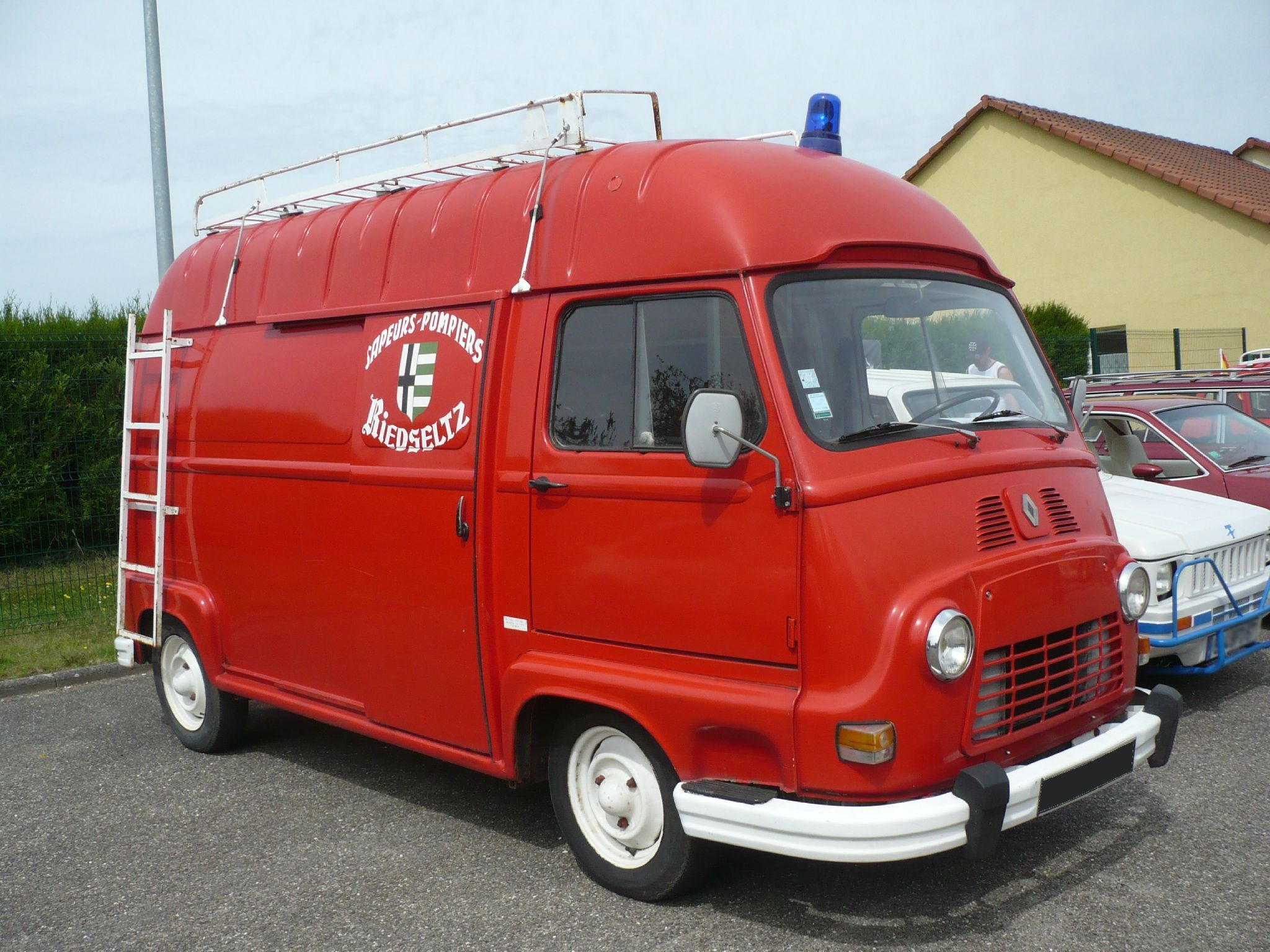 renault estafette sur lev e des sapeurs pompiers 1977 vroom vroom renault estafette sapeur. Black Bedroom Furniture Sets. Home Design Ideas