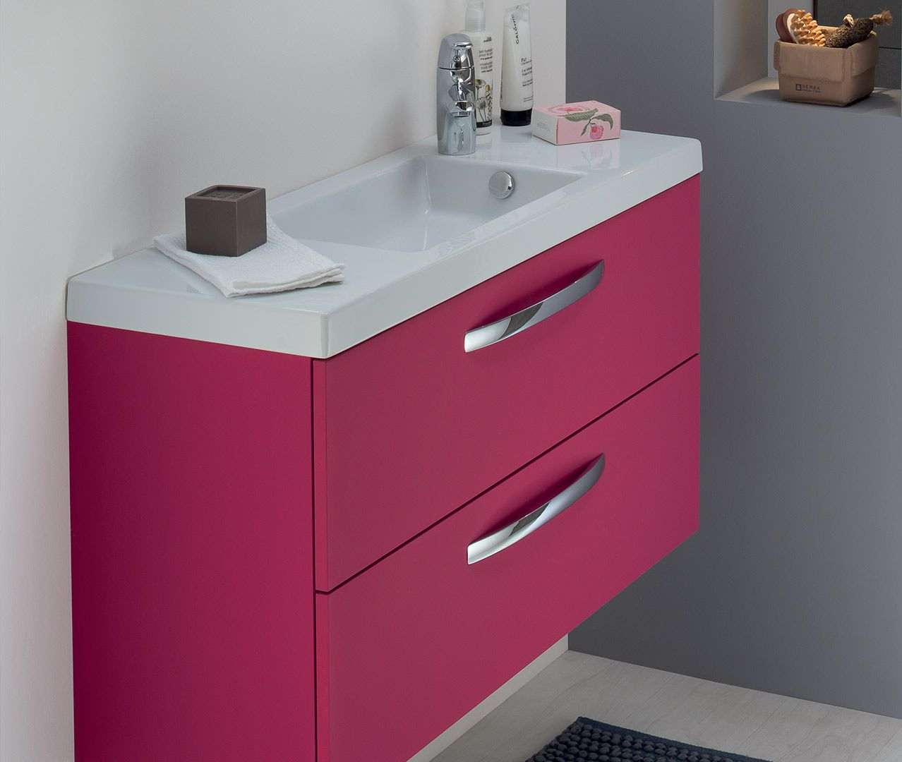 Un meuble de salle de bain rose fushia laqué pour une déco ...
