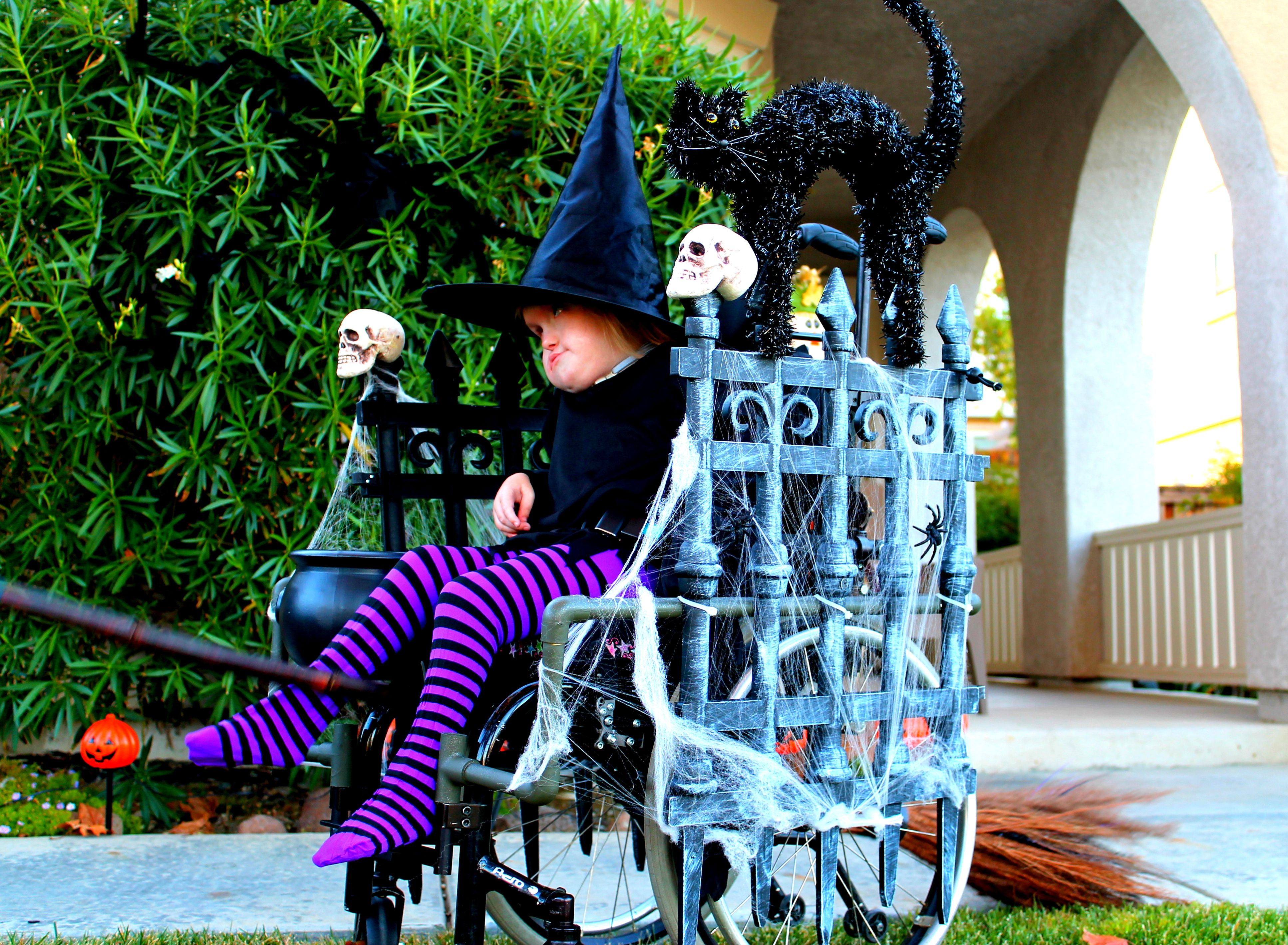 2013 using decorative fence pieces from the halloweenparty store my husband created - Halloween Party Store