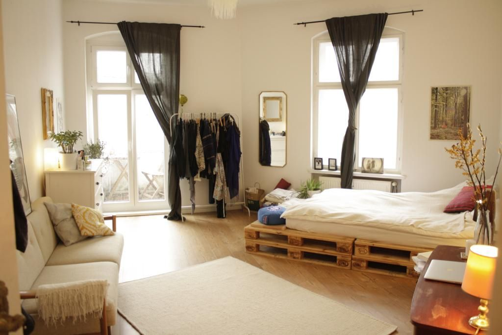 Ein wg zimmer mit palettenbett diy bett paletten palettenbett wg einrichtung - Palettenbett ideen ...