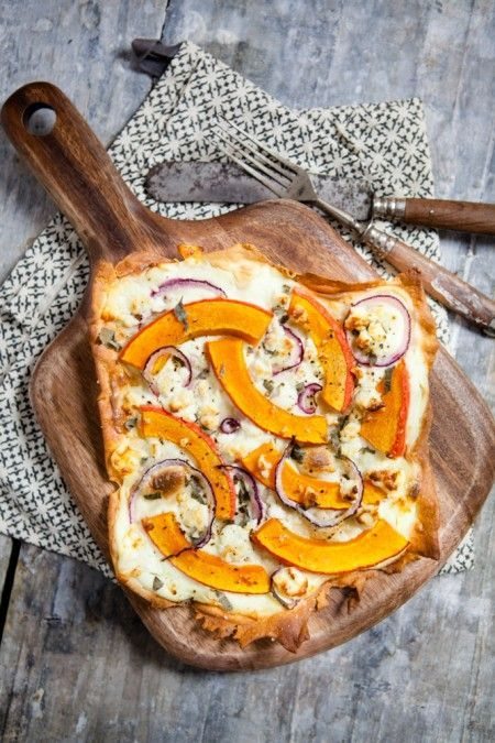 Flammkuchen mit Kürbis, Feta und Salbei - ein Mitbringsel für den EDEKA-Blog Knackfrisch {Gastbeitrag/Reklame #falldinnerrecipes