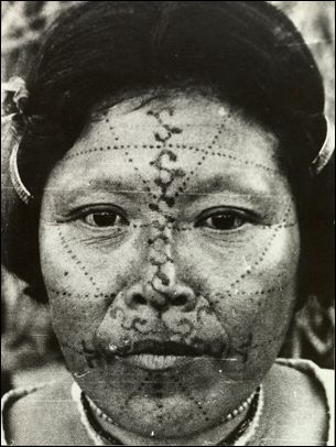 Claude Levi-Strauss :Femme au visage peint   Brésil, population kaduveo, fonds musée du Quai Branly